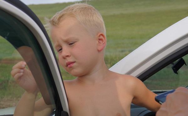 Если ребенок закатывает истерики, не слушается.